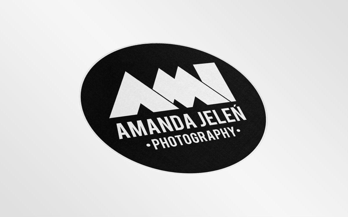 Czarna wersja logotypu Ami Amanda Jeleń