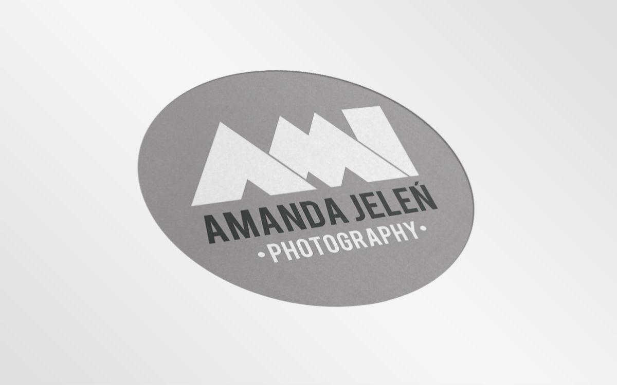 Szara wersja logotypu Ami Amanda Jeleń